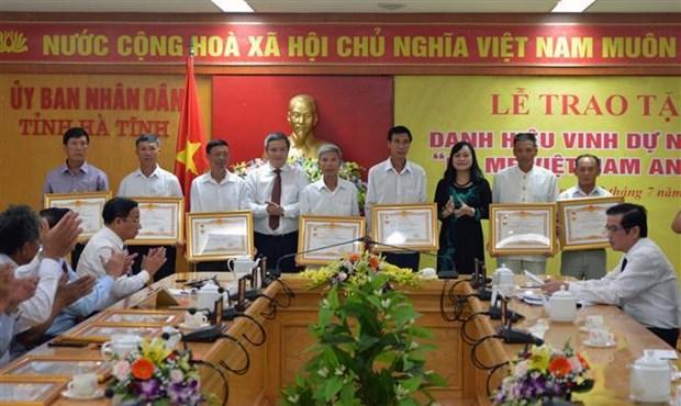 越南全国各地纷纷举行活动纪念越南伤残军人与烈士日72周年 hinh anh 1
