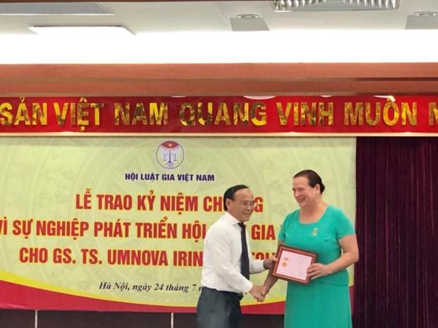 """俄罗斯""""和平之路""""国际基金会主席荣获越南律师协会纪念章 hinh anh 2"""