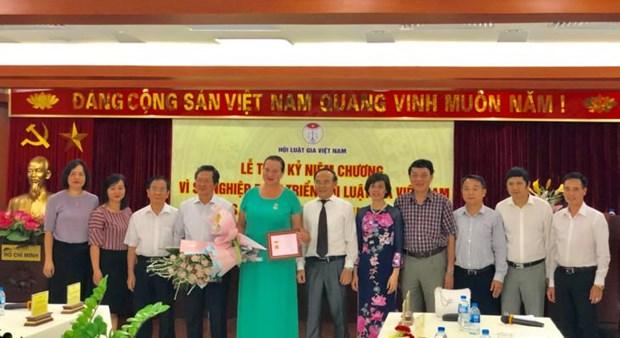 """俄罗斯""""和平之路""""国际基金会主席荣获越南律师协会纪念章 hinh anh 1"""