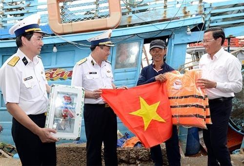 西贡新港总公司为槟椥省渔民举行宣传和助民的活动 hinh anh 1