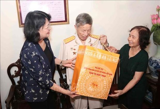 越南国家副主席邓氏玉盛探访革命有功者家庭 hinh anh 1