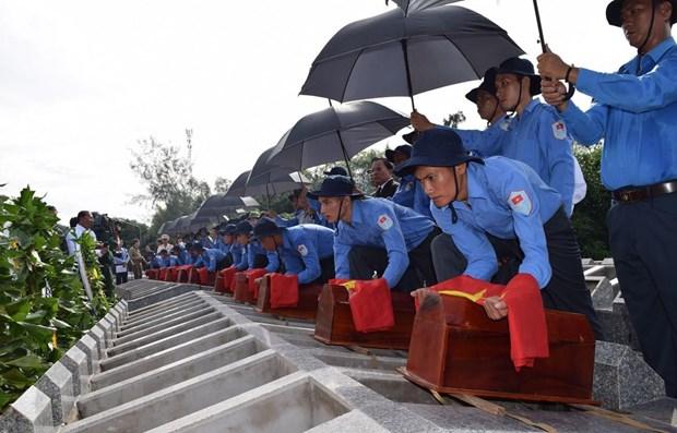 在柬牺牲的越南志愿军和专家遗骸追悼会及安葬仪式在同塔省举行 hinh anh 1