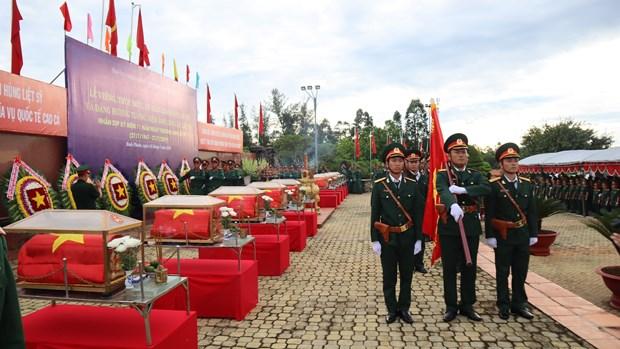 在柬牺牲的越南烈士追掉会及遗骸安葬仪式在平福省举行 hinh anh 1