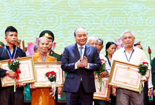 越南政府总理阮春福出席2019年全国伤残军人先进代表表彰大会 hinh anh 1