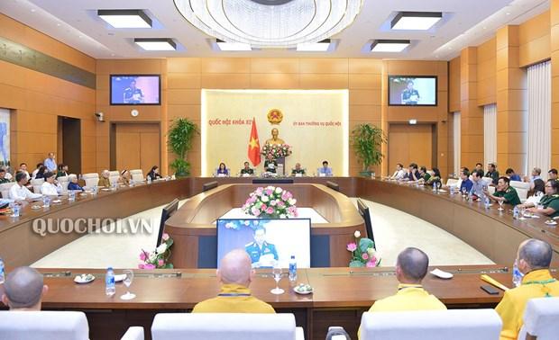 国会副主席杜伯巳会见越南英雄母亲、烈士家属和革命老战士代表团 hinh anh 1
