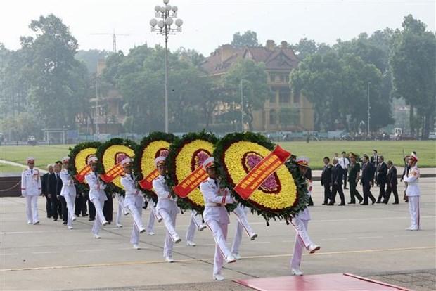 越南党和国家领导人向英雄烈士敬献花圈 hinh anh 3