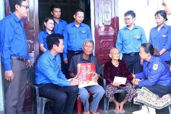 越南广平省和老挝甘蒙省举行青年友好会见活动 hinh anh 2