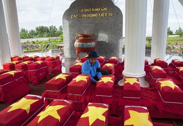 7·27伤残军人及烈士日:在柬牺牲越南烈士遗骸追掉会及安葬仪式在坚江省举行 hinh anh 1
