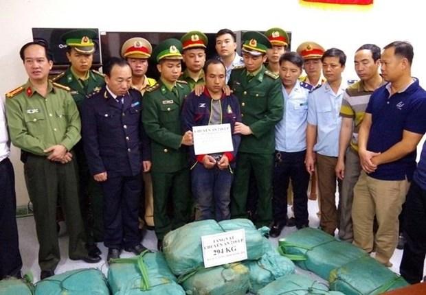 山罗省边防部队与老挝安全力量配合预防打击毒品罪犯 hinh anh 1