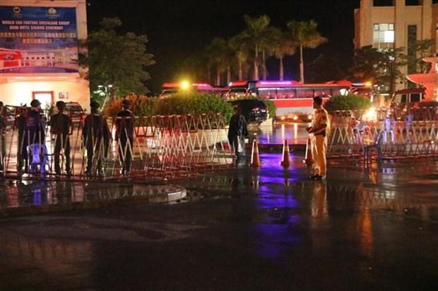 海防市捣毁一起特大网络赌博案:越南将380名涉案人员移交中国警方 hinh anh 2