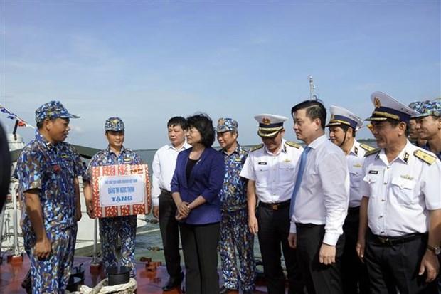 越南国家副主席邓氏玉盛走访慰问越南人民海军第二海区干部和战士 hinh anh 1