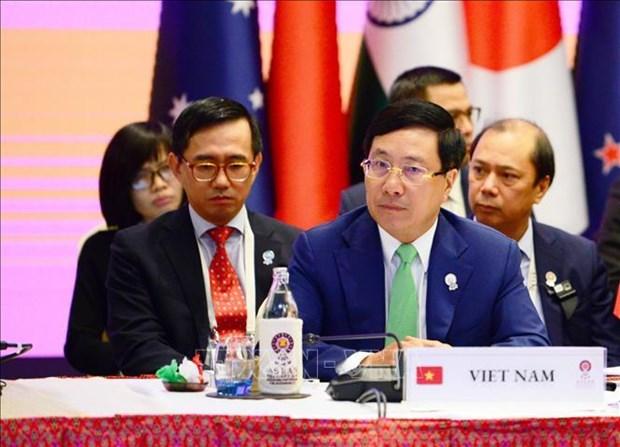 范平明出席东亚峰会外长会 阐述越南对东海问题的立场 hinh anh 1