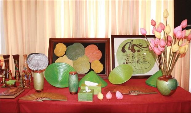 干莲花工艺品——富有越南文化艺术价值的纪念品 hinh anh 1