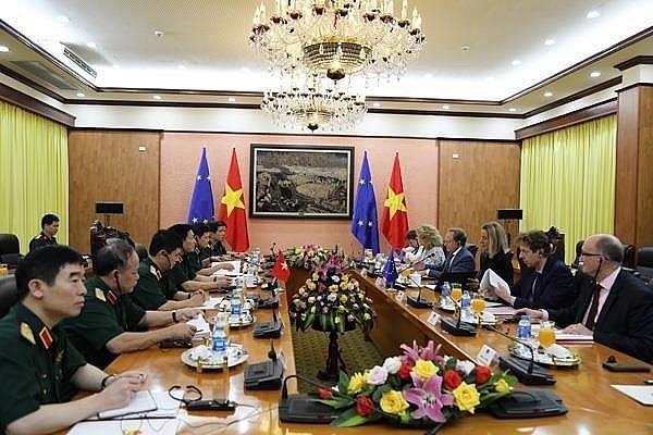 越南国防部长吴春历会见欧洲委员会副主席莫盖里尼 hinh anh 2
