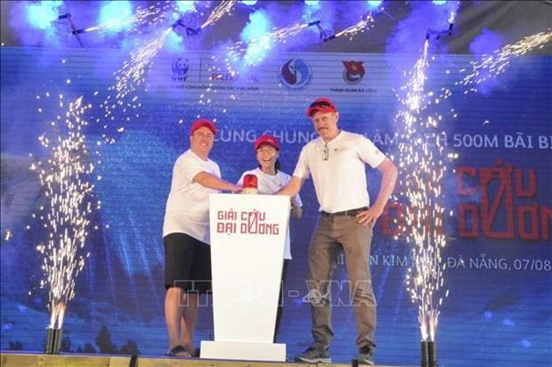 岘港市:800余名志愿者参与海洋垃圾清理活动 hinh anh 1