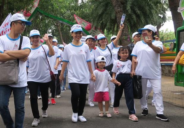 胡志明市:近3000人参加为橙毒剂受害者步行活动 hinh anh 2