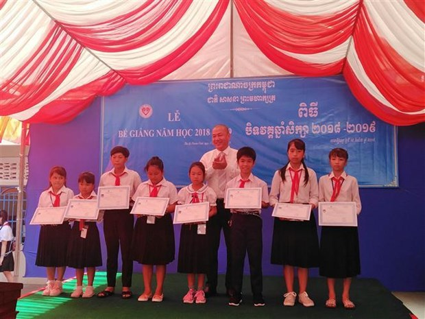 旅居柬埔寨越南侨胞子女的新进小学校举行2018-2019学年结业典礼 hinh anh 1