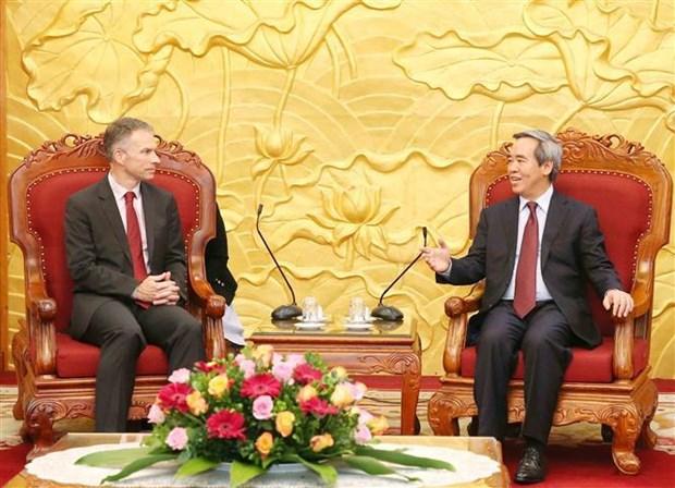 越共中央经济部部长阮文平会见世行和谷歌领导 hinh anh 2