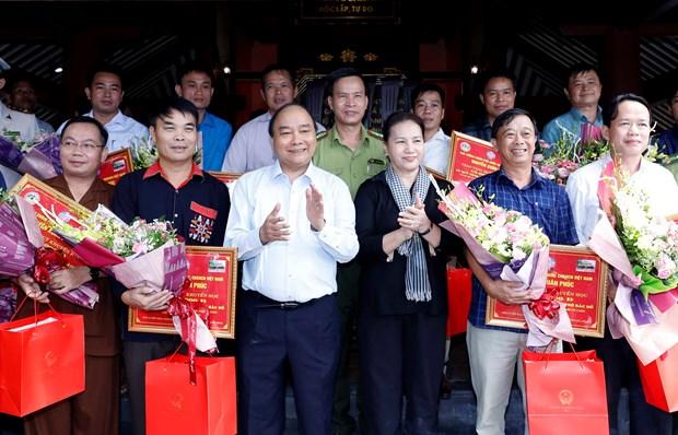 阮春福、阮氏金银等党和国家领导人给胡志明主席祠堂上香献花 hinh anh 2