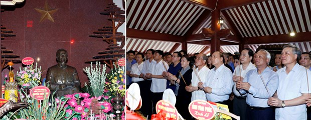 阮春福、阮氏金银等党和国家领导人给胡志明主席祠堂上香献花 hinh anh 1