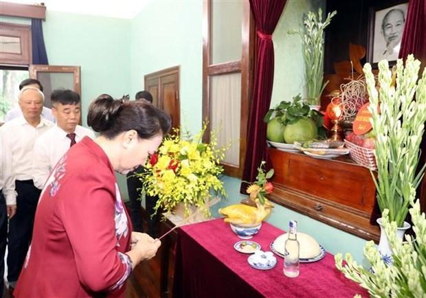 越南国会主席阮氏金银在67号房向胡志明主席敬香 hinh anh 1
