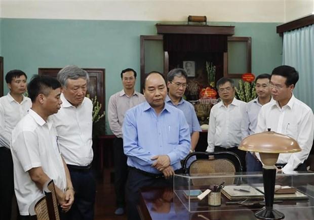 越南政府总理阮春福在67号房向胡志明主席敬香 hinh anh 2