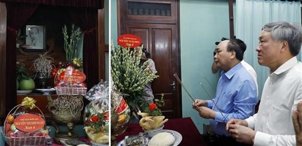 越南政府总理阮春福在67号房向胡志明主席敬香 hinh anh 1