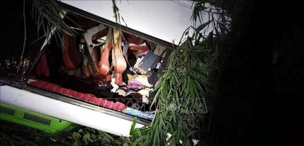 载有中国游客大巴在老挝发生严重车祸 多人伤亡 hinh anh 1