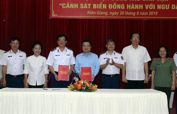 越南海警同坚江省渔民同行 hinh anh 1