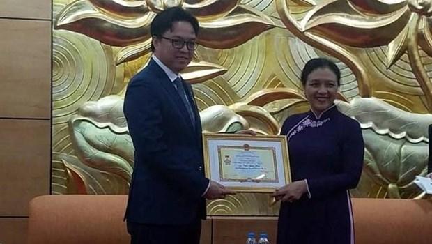 """柬埔寨驻越南大使荣获""""致力于各民族和平友谊""""纪念章 hinh anh 1"""