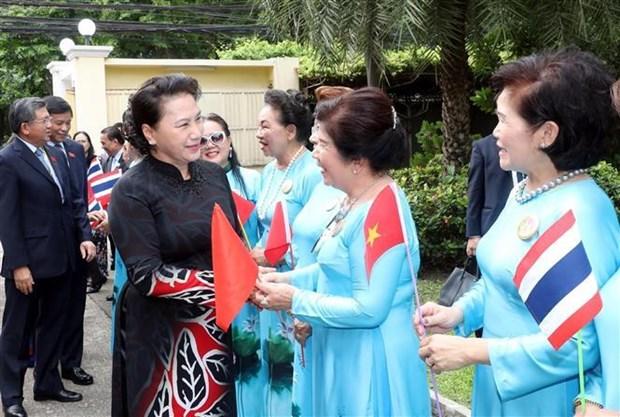 越南国会主席阮氏金银造访越南驻泰国大使馆 与大使馆工作人员和旅泰越南人交谈 hinh anh 2