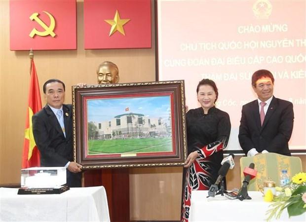 越南国会主席阮氏金银造访越南驻泰国大使馆 与大使馆工作人员和旅泰越南人交谈 hinh anh 1