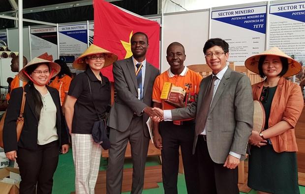 越南产品在第55届马普托国际博览会上颇受参观者的关注 hinh anh 2