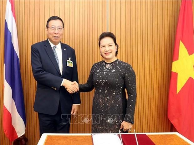 越南国会主席阮氏金银会见泰国国会上议院议长蓬佩 hinh anh 1