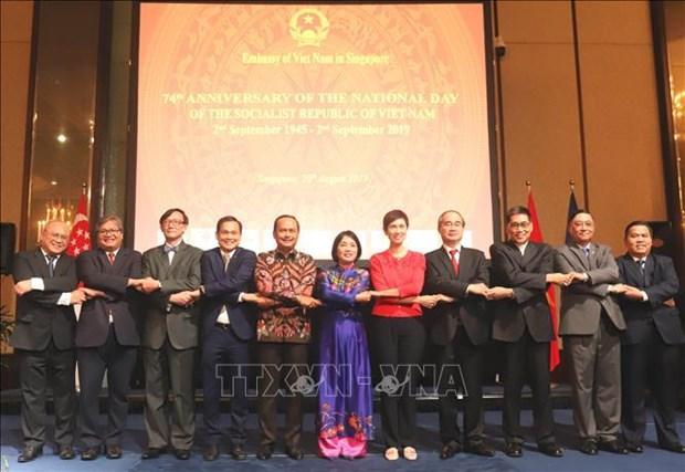 胡志明市推进与新加坡的全面合作 hinh anh 1