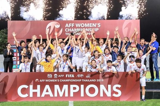 阮春福总理祝贺越南队夺得2019年东南亚女子足球锦标赛冠军 hinh anh 1