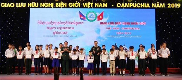 2019年越柬边境友好交流座谈会在安江省举行 hinh anh 3