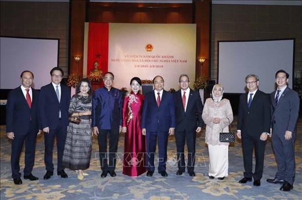 越南政府总理与夫人为各国大使与代表机构领导举行国庆招待会 hinh anh 1