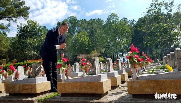 美国驻越大使克里滕布林克拜谒长山国家烈士陵园 hinh anh 1