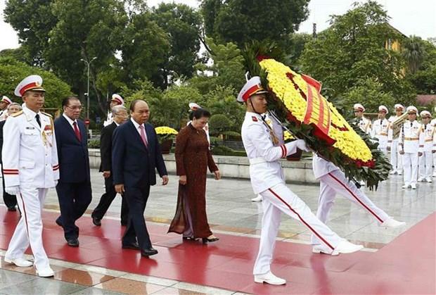 越南党和国家领导人入陵瞻仰胡志明主席遗容 hinh anh 2