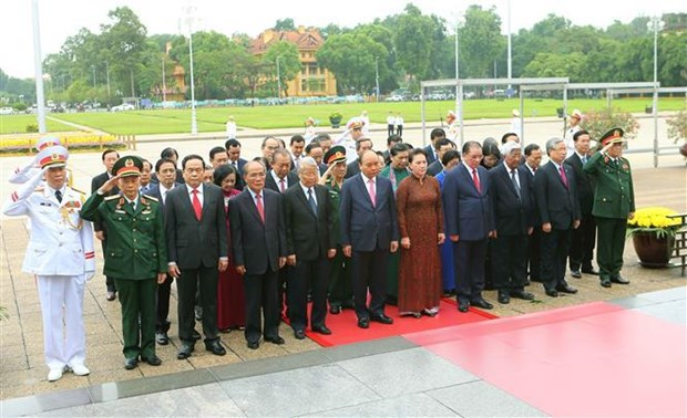 越南党和国家领导人入陵瞻仰胡志明主席遗容 hinh anh 1