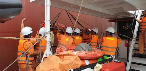 越南成功急救海上遇险的外国船员 hinh anh 2