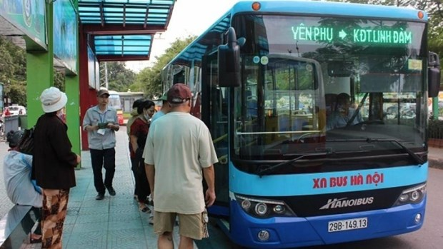 河内市民排队办理公交车免费卡 hinh anh 1
