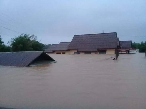 越南领导人就老挝洪涝灾害致电慰问 hinh anh 1