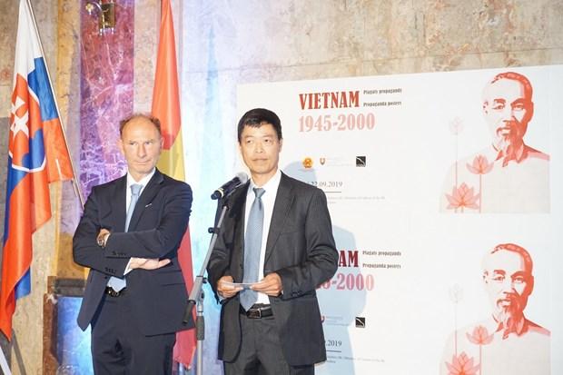 越南1945-2000年激励海报展在斯洛伐克举行 hinh anh 1