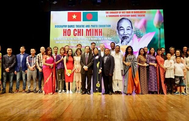 孟加拉国艺术家演出关于胡志明主席生涯、事业及思想的作品 hinh anh 1