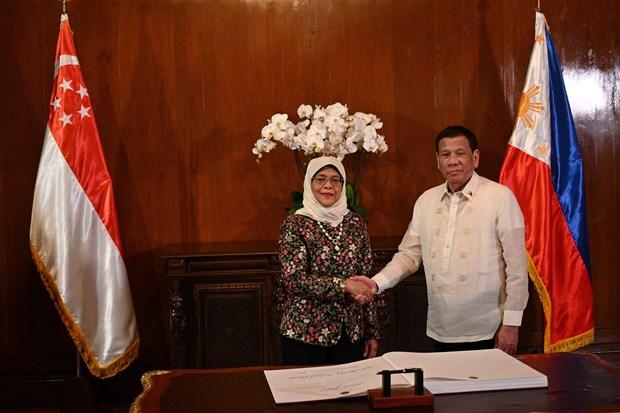 进一步巩固菲律宾与新加坡防务和经贸合作 hinh anh 1