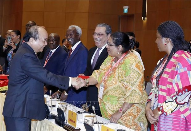 越南政府总理阮春福会见中东和非洲各国驻越大使 hinh anh 1