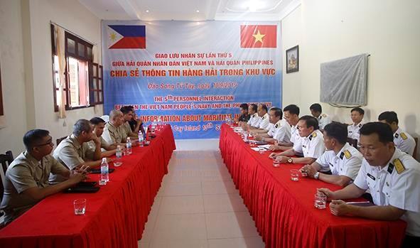 越南和菲律宾海军在双子西岛上举行交流活动 hinh anh 1