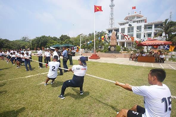 越南和菲律宾海军在双子西岛上举行交流活动 hinh anh 2